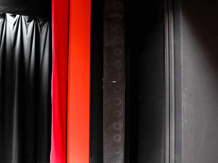 客席用ステージ両袖ラインアレイスピーカー 特型TOA αseries Q-ALPHA-01