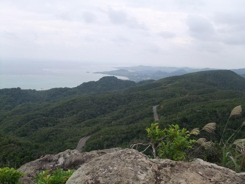 急斜面の険しい道のりを越え、ついに頂上へ!心臓バクバク、汗だくでしたが、格別の体験となりました!